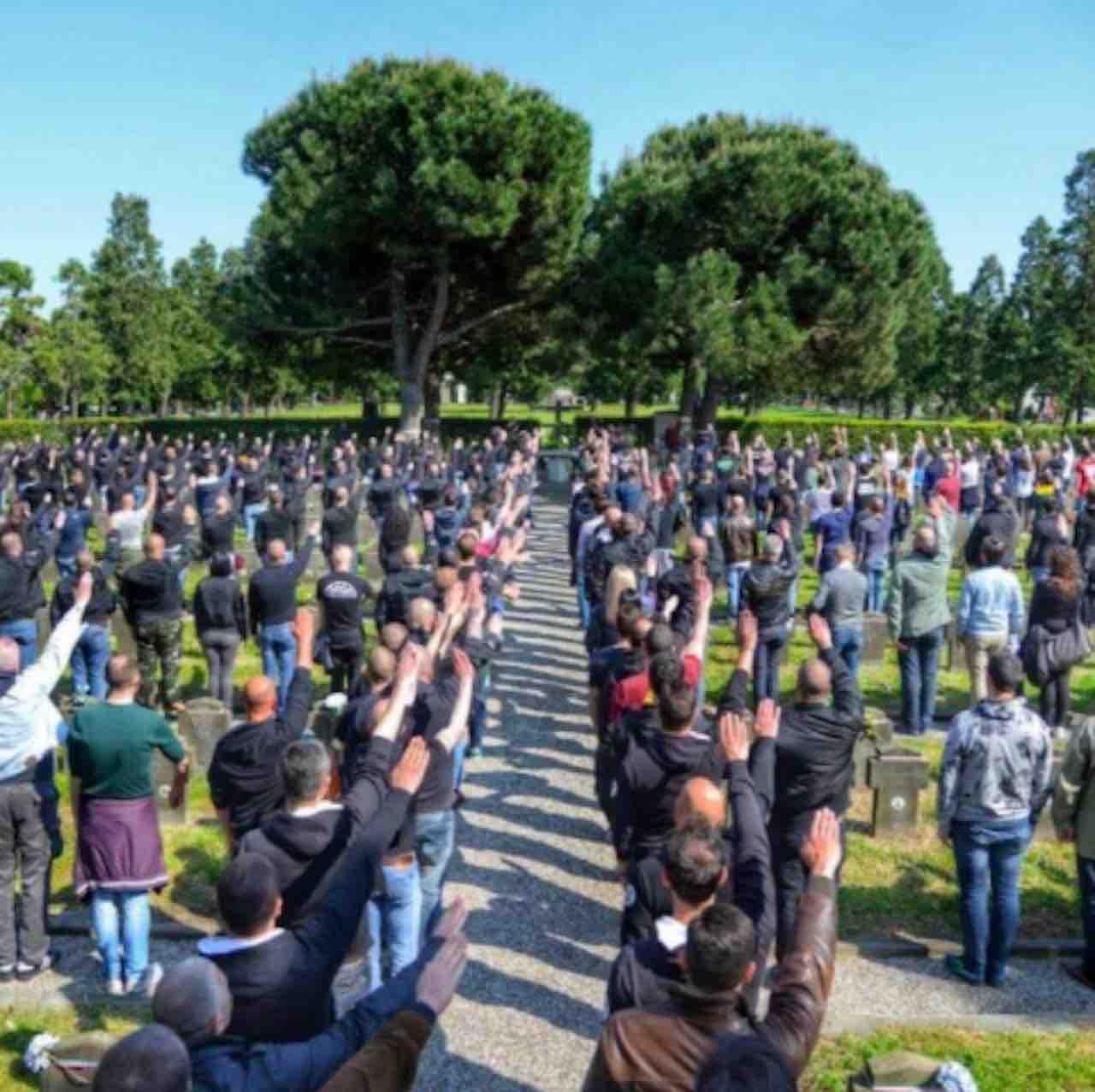 Saluti romani al cimitero Maggiore di Mialano